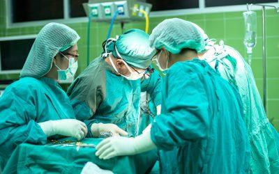 Implantan una válvula cardiaca a través de una arteria en Cádiz
